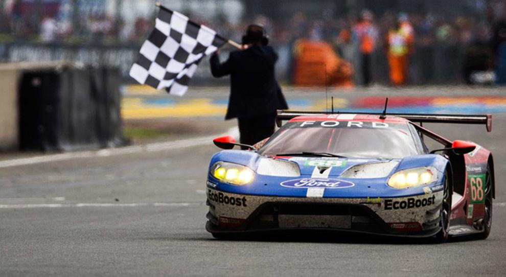 La Ford Gt Metre Taglia Il Traguardo Vittoriosa Della  Ore Di Le Mans